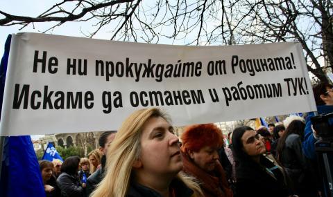 Стотици медицински сестри излязоха да търсят правата си (СНИМКИ)