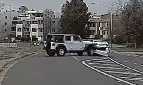 Екшън посред бял ден: Две жени в джип помагат на затворник да избяга, като блъскат няколко пъти полицейска кола (ВИДЕО)