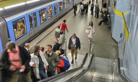 Мъж с коронавирус облиза парапетите в метрото