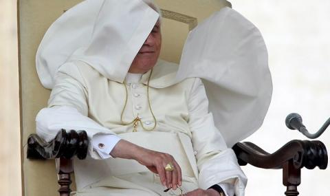 Папата се разболя! Отмени меса с римски свещеници