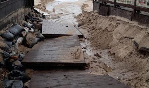 Проливните дъждове деформираха плажовете в Созопол и нанесоха сериозни щети (СНИМКИ) снимка #2