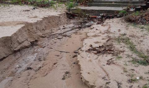 Проливните дъждове деформираха плажовете в Созопол и нанесоха сериозни щети (СНИМКИ) снимка #3