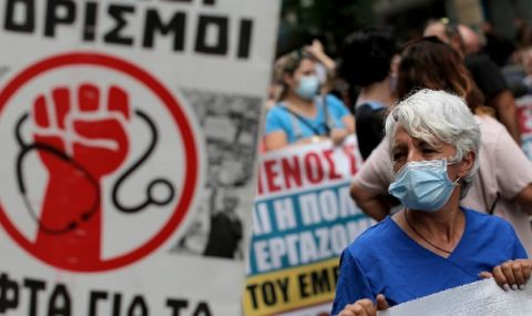 Протести на гръцки медици срещу задължителното COVID ваксиниране - 1