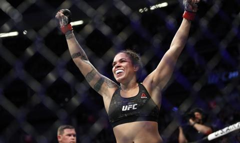 Хегемонът в UFC при жените се разтоварва с доене на крави (ВИДЕО)
