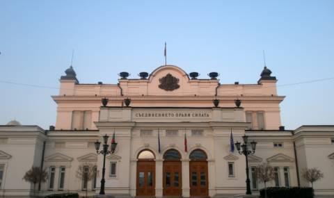 Хакнали пръскачките на парламента, за да мокрят чужденци