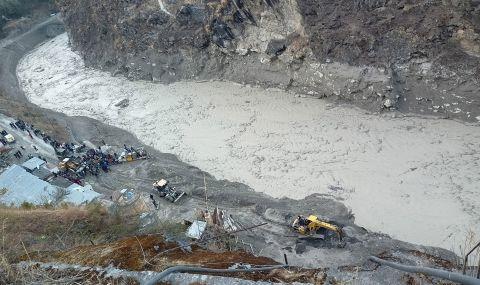 Издирват 140 души след наводнението в Индия