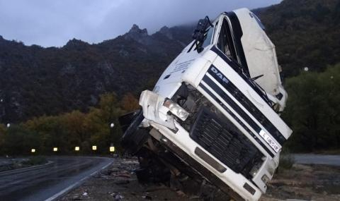 Два тежкотоварни камиона катастрофираха край Велико Търново, има и жертва