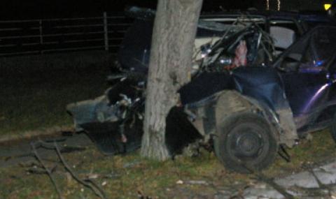19-годишен с отнета книжка загина, разбивайки лек автомобил в дърво