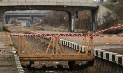 Товарен влак дерайлира в Пернишко