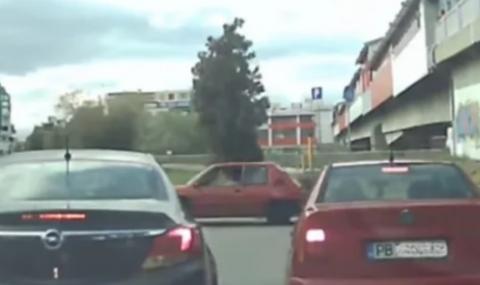 Пловдивски шофьори подлудиха мрежата с безумните си маневри (ВИДЕО)