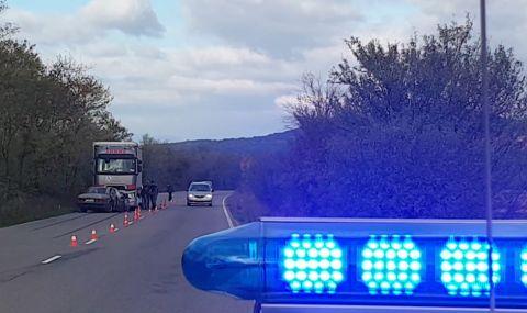 Катастрофа между лек автомобил и два камиона на пътя Русе – Велико Търново, има пострадал