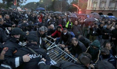 Сблъсъци в Албания (СНИМКИ)
