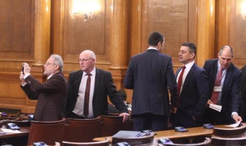 Парламентът освободи шефа на КПКОНПИ