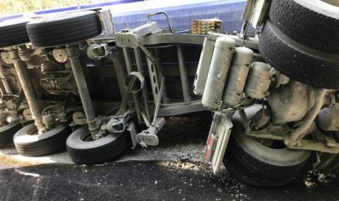 Пиян шофьор обърна камион с прасета на АМ Тракия