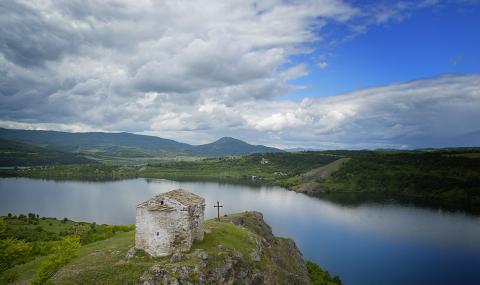 Доброволци почистиха един от най-красивите язовири в България
