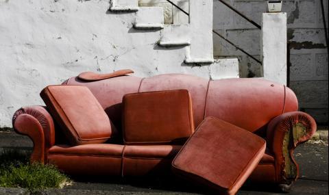 Мъж намери 43 000 долара в диван втора ръка, но...