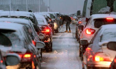 София под снежна блокада - затвориха пътища, ограничиха маршрута на автобуси