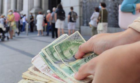 Огромни опашки се извиха пред испанските банки - 1