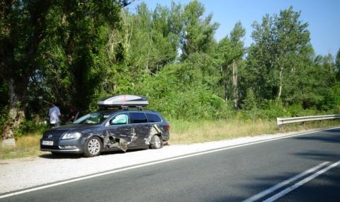 Тежкотоварен камион блъсна кола край Симитли и