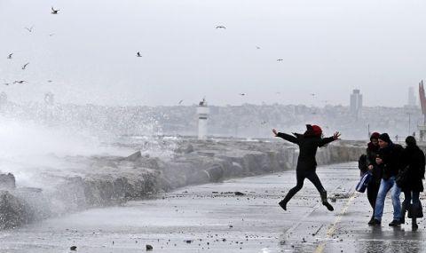 Мощeн ураган удари Истанбул (ВИДЕО)