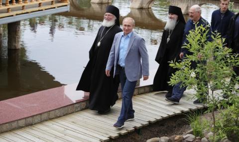 Путин влезе в манастир с маратонки за $1000