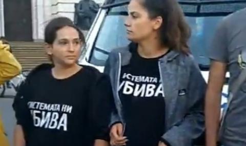 """Цяла нощ полицията държи """"под арест"""" буса на майките"""
