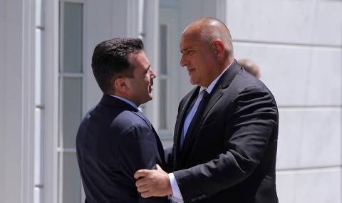 Късно е, господа политици, за македонска китка