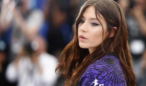 Актриса лъсна в палава гола рокля (СНИМКИ)
