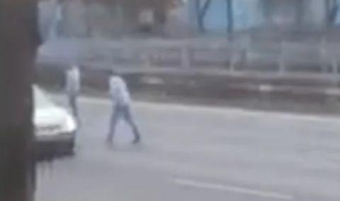 Неадекватни тийнейджъри спират коли на бул.