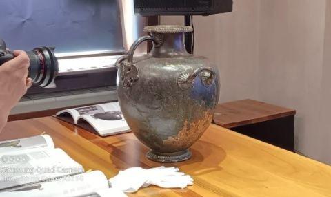 Васил Божков показа откупения си артефакт