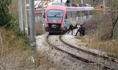 Влак премаза жена край гара Тополица