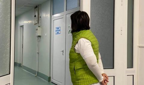 Болни с COVID седят в коридори в болницата в Пазарджик, докато им намерят легла - 1