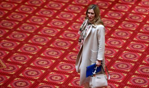Ангелкова окончателно загуби доверието на бранша, искат оставката ѝ