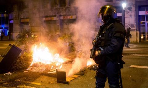 Десетки ранени полицаи по време на безредици