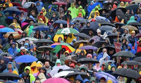 Лошото време обърка плановете на Папата
