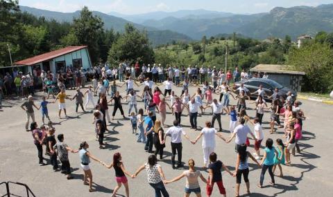 В Башево се изви най-дългото хоро в Родопите - 1