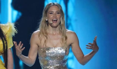 Водещата на Евровизия си показа... (ВИДЕО)