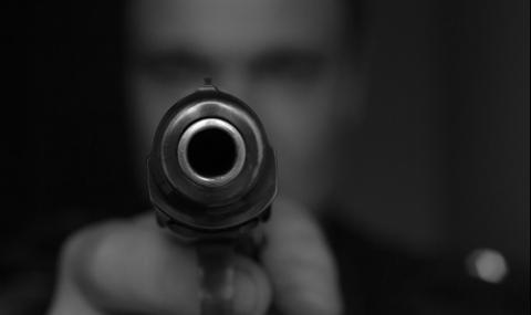 Мъж стреля по жена си пред очите на дъщеря им в Добрич