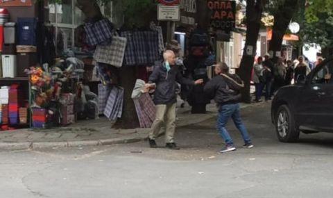 Двама се биха посред бял ден пред очите на десетки в центъра на Бургас (ВИДЕО) - 1