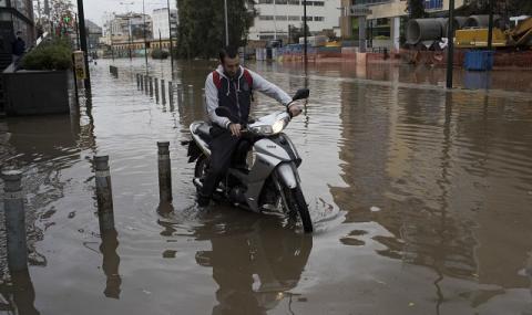 Наводнени пътища и хаос в Атина (СНИМКИ)