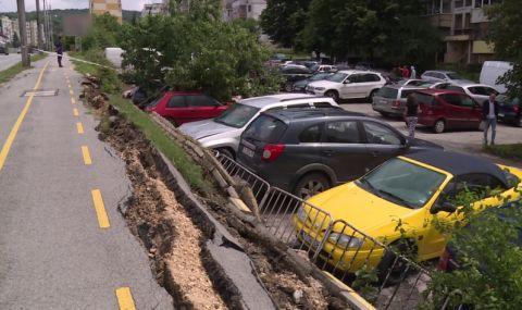 Срутена подпорна стена и велоалея затрупаха 5 автомобила във Варна
