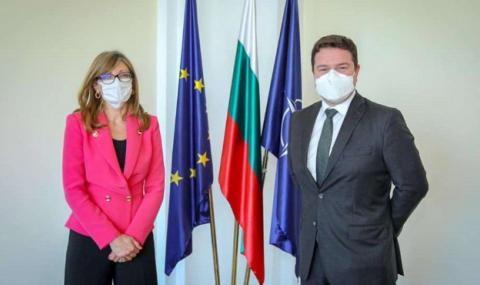Захариева поиска карантината за българите, пристигащи във Великобритания, да отпадне