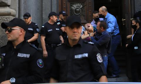 МВР: Полицаи не са извеждали насила протестиращи от Народното събрание