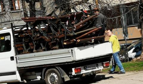 И в София демонтират пейки, за да не се събират граждани