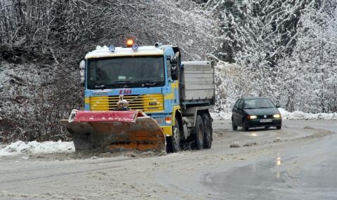 Ураганен вятър и снегонавявания сковаха Северозападна България - 1