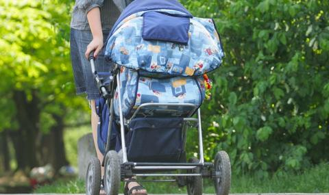 Майка забравила количката с детето си в трамвая