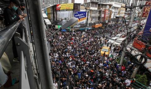 Хиляди на протест в Банкок