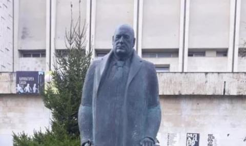 Появи се статуя на Бойко Борисов със светещи очи