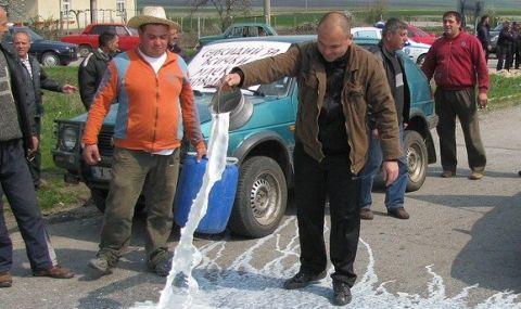 Фермери блокират пътя София-Варна при Шереметя, ще изливат мляко - 1