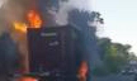 Извадиха шофьор от горящ камион край Варна - 1